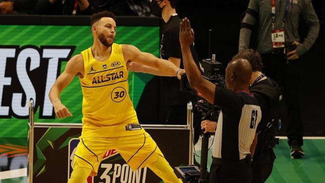 Stephen Curry celebra su actuación en el Concurso de Triples de la NBA.