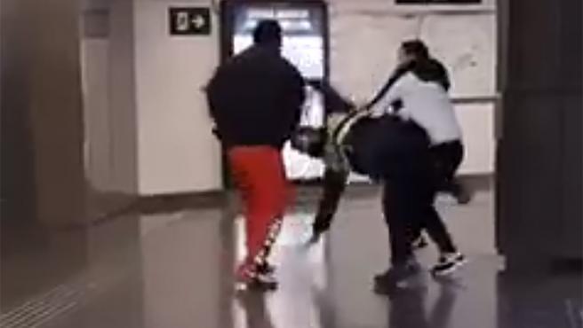 El pasado domingo por la noche, un vigilante de seguridad de Renfe fue brutalmente agredido en la estación de la Sagrera de Barcelona. Fue golpeado por dos jóvenes que intentaron colarse sin pagar el billete.