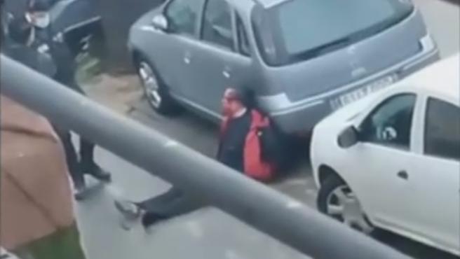 EL agresor de Massamagrell, ensangrentado en la calle.