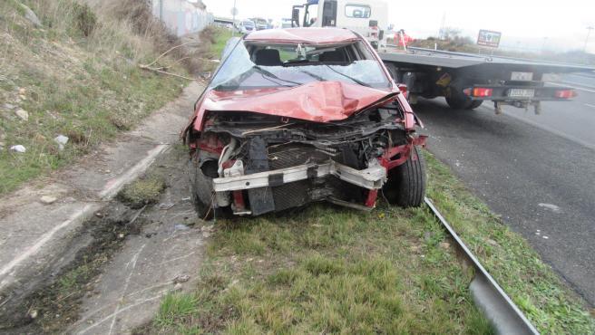 Una grúa ligera recoge un vehículo accidentado