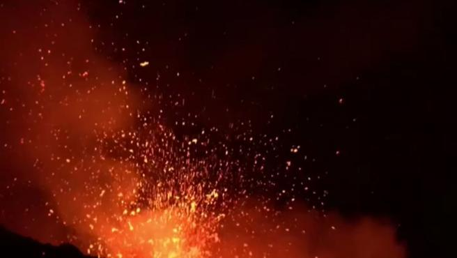 El volcán más alto de Europa vuelve a rugir. El monte Etna, en Italia, ha iluminado el cielo otra vez con lava, explosiones y humo que ha alcanzado varios kilómetros de altura. Mientras cubre de cenizas las carreteras y los edificios de poblaciones cercanas, sigue vigilado de cerca en esta nueva entrada de actividad, la undécima en tres semanas. El Etna, de 3.300 metros, puede tener erupciones así varias veces al año y de momento no hay nada que preocupe a los sismólogos: no hay riesgo para los habitantes que viven en las cercanías. La última gran erupción ocurrió en 1992 pero en los últimos 20 años se han producido doscientas erupciones como esta.
