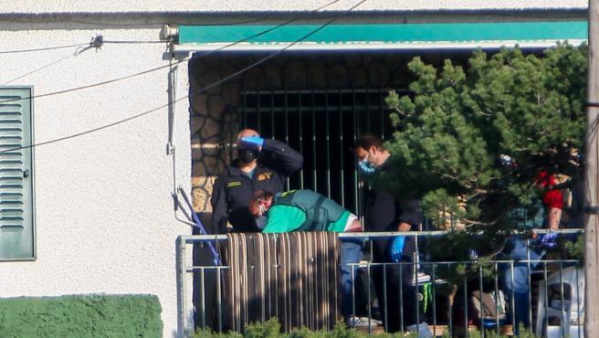 Agentes de la Guardia Civil realizan investigaciones en la vivienda