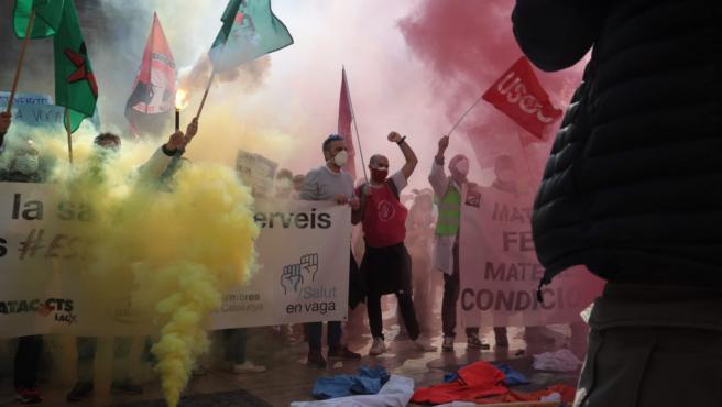 Sanitarios durante la concentración de este miércoles en la plaza Sant Jaume de Barcelona.