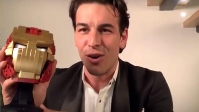 Mario Casas sostiene una cabeza Iron Man tras ganar el Goya a mejor actor.