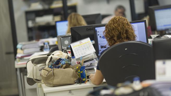 Archivo - Trabajadores en una oficina.
