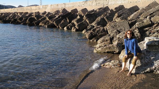 Beatriz, en una playa cercana a Murcia, donde ha regresado tras 25 años en Madrid.