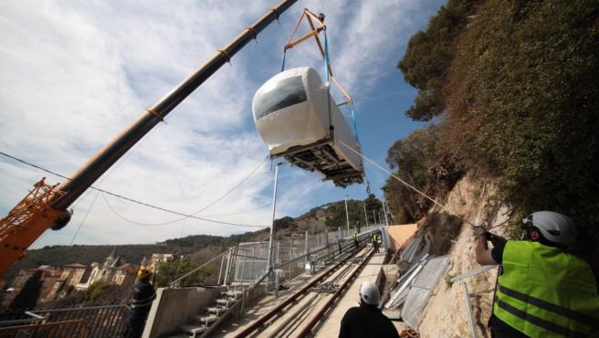 Montaje del primer vagón del nuevo funicular del Tibidabo de Barcelona, la Cuca de Llum.