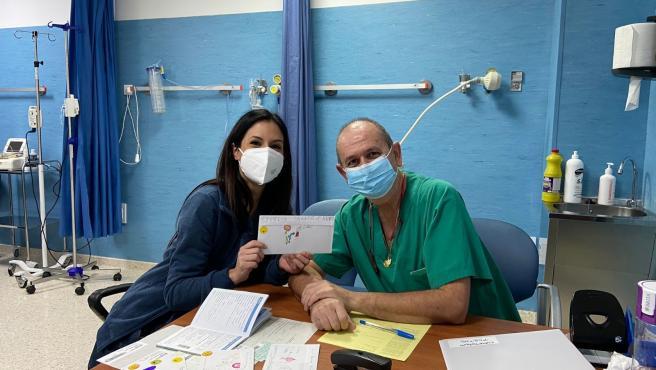 Profesionales sanitarios del distrito Axarquía reciben cartas de apoyo por su trabajo durante la pandemia