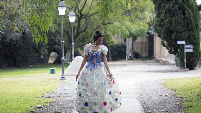 Una joven luce un traje de fallera hecho de materiales reciclados.