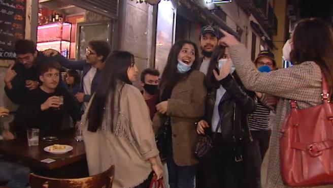 Más de 2.500 turistas franceses fueron registrados por sus teléfonos móviles el pasado sábado en Madrid, esto es una prueba más de que estos jóvenes llegan a España huyendo de las restricciones de su país, y estas visitas se hacen más latentes durante el fin de semana.