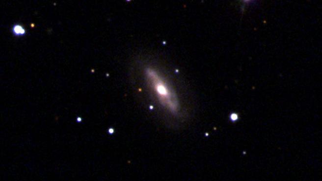 La galaxia J0437+2456 donde se sospecha que se halla el agujero negro supermasivo. Credit: Sloan Digital Sky Survey (SDSS)