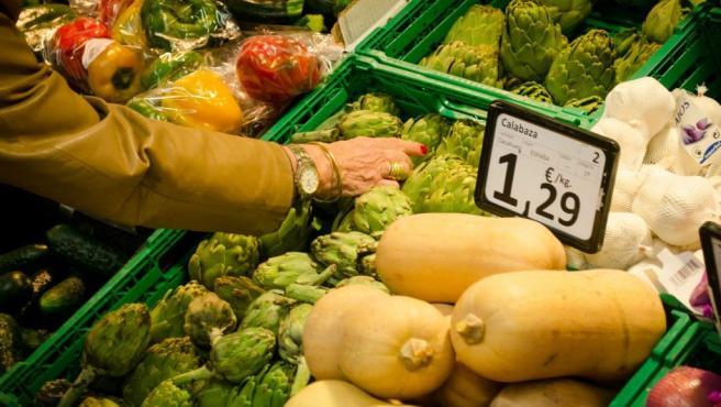 Archivo - Hortalizas y frutas en un supermercado