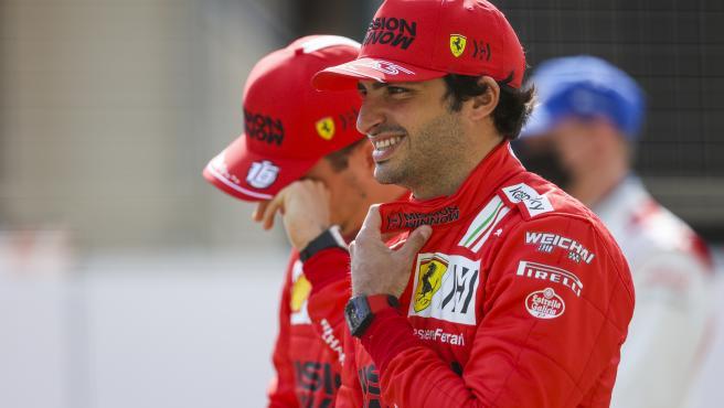 Carlos Sainz, antes de la foto oficial de la temporada 2021 de Fórmula 1