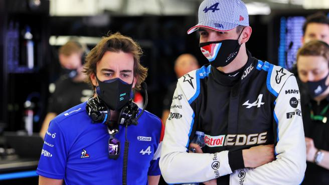 Fernando Alonso y Esteban Ocon, en el box de Alpine