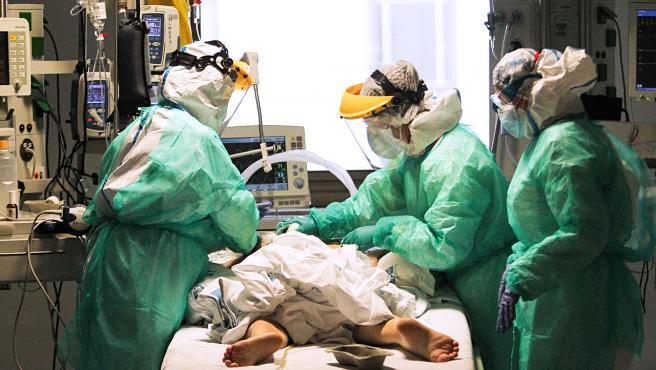 Personal sanitario atendiendo a un enfermo de Covid-19 en el hospital Ramón y Cajal de Madrid.