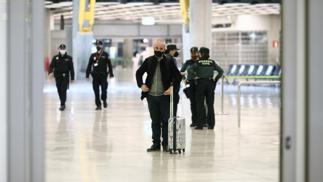Un pasajero con maleta en el Aeropuerto de Madrid-Barajas Adolfo Suárez.