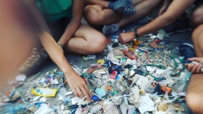 Imagen de archivo de varios voluntarios recogiendo basura.