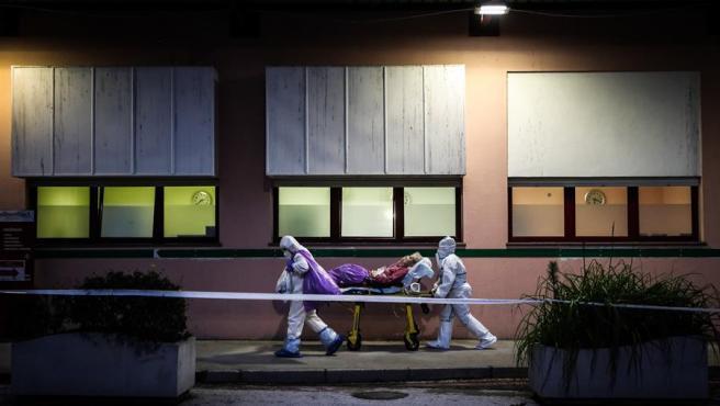 Sanitarios atienden a un paciente por coronavirus en Portugal.