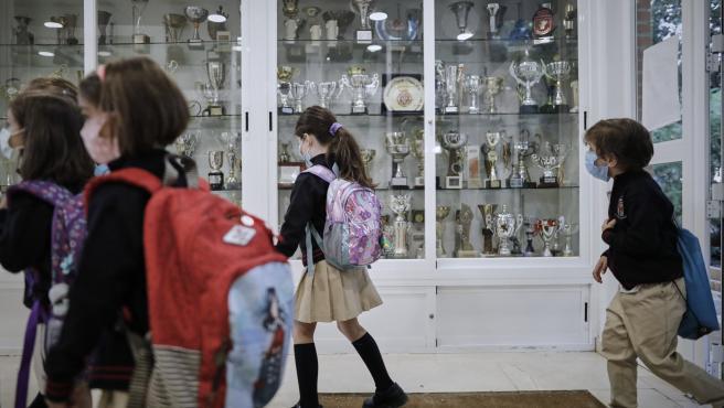 Niños en el hall del Colegio Privado Alameda de Osuna en Madrid.