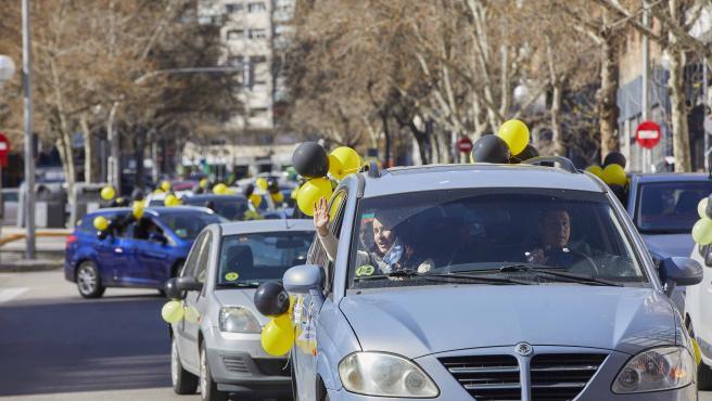 Varias vehículos en la concentración contra el abuso de temporalidad de los empleados públicos, en Madrid.