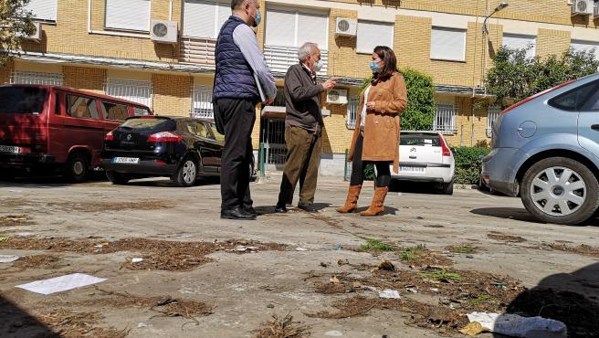 La concejal de Cs en el Ayuntamiento de Sevilla, Amelia Velazquez, visita la barriada de Santa María de Ordás.