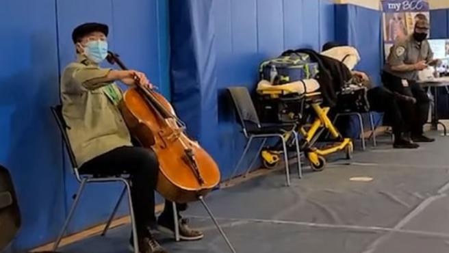 Yo-Yo Ma, el violonchelista, en pleno concierto improvisado.