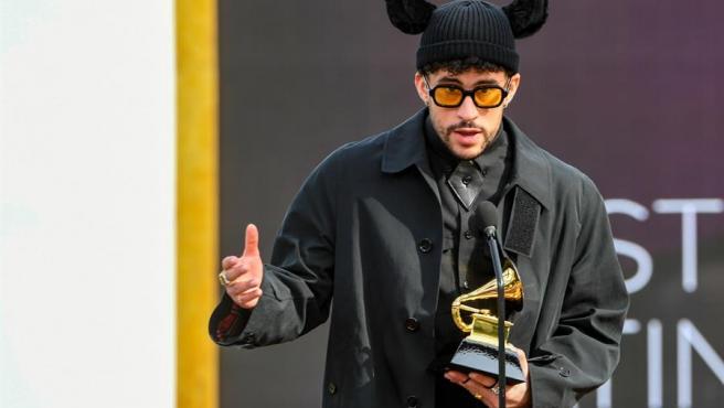 Bad Bunny, tras recibir el premio Grammy 2021 al mejor álbum latino de pop o urbano por 'YHLQMDLG'.