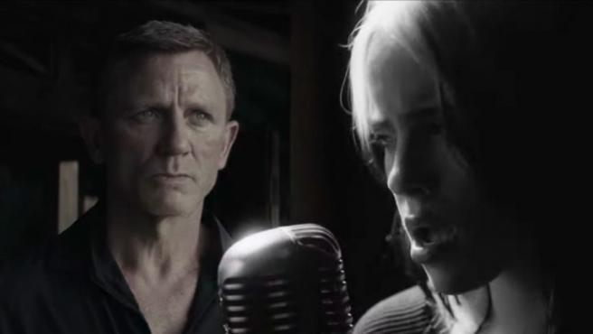 Billie Eilish y Daniel Craig en el videoclip de 'No Time To Die'.