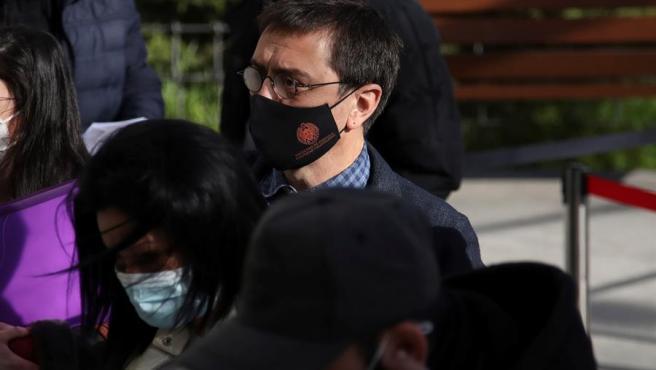 Juan Carlos Monedero, uno de los fundadores de Podemos a su llegada este lunes a los juzgados de la Plaza Castilla en Madrid donde declara como imputado en el caso Neurona.
