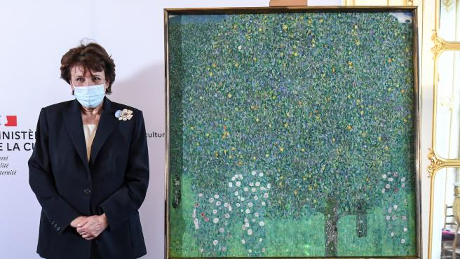 La ministra de Cultura francesa junto al cuadro 'Rosebushes under the Trees' de Gustav Klimt.