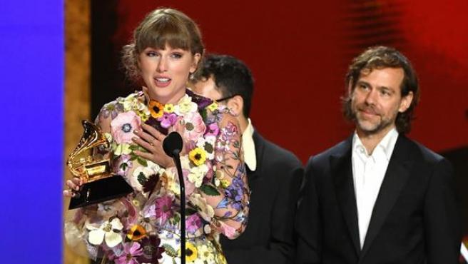 Taylor Swift, tras recibir el premio Grammy 2021 al mejor álbum del año, por 'Folklore'.