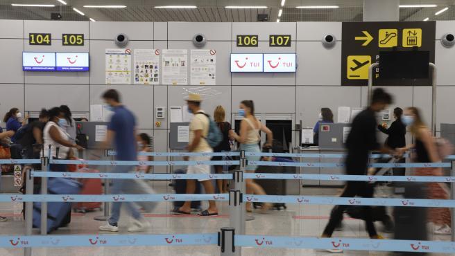 Turistas alemanes en el aeropuerto de Palma de Mallorca, en una foto de archivo.