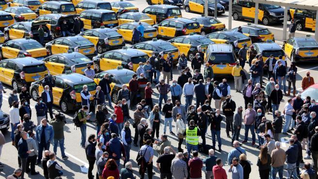 Asamblea de Élite Taxi este martes en el exterior de la estación de Sants contra el regreso de Uber a Barcelona.