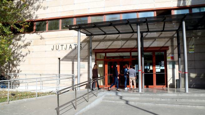 Pla obert de l'entrada als jutjats de Reus el 16 de novembre del 2020.