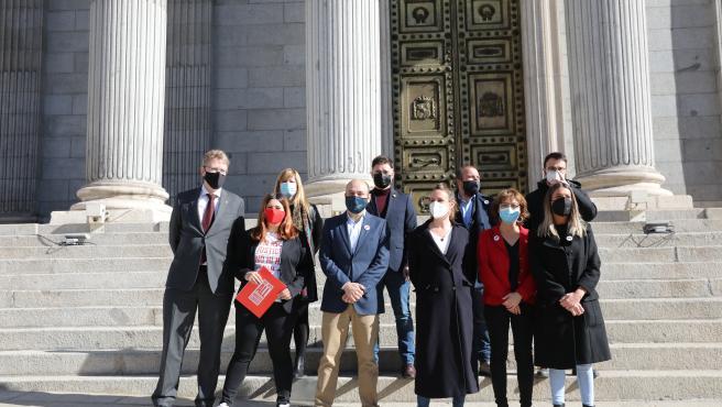 Miembros de ERC, Junts, la CUP y el PDeCat posando en la escalinata del Congreso de los Diputados este martes.