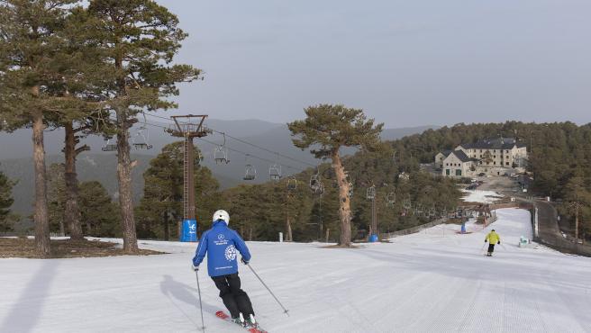 Varios esquiadores en la pista de El Bosque en la estación de esquí de Navacerrada en Madrid (España), a 5 de marzo de 2021.
