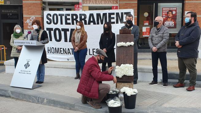 Acto en recuerdo de las víctimas del paso a nivel del tren en Montcada i Reixac.