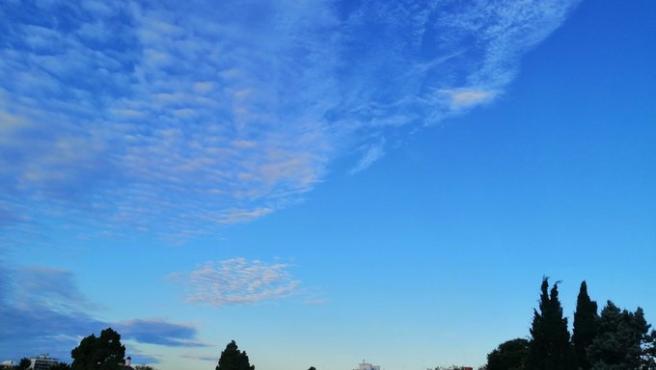 Archivo - Cielo azul intenso en València