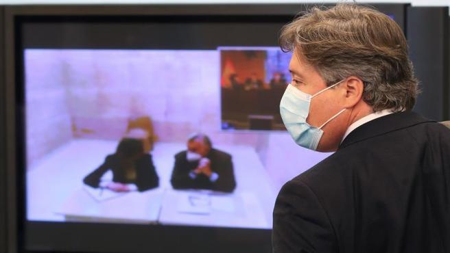 El diputado del PP Luis Santamaría (d), durante la Comisión de Investigación donde comparece el extesorero de su partido Luis Bárcenas por videoconferencia en la Comisión del Congreso de los Diputados que investiga la operación de espionaje Kitchen, este miércoles en Madrid.