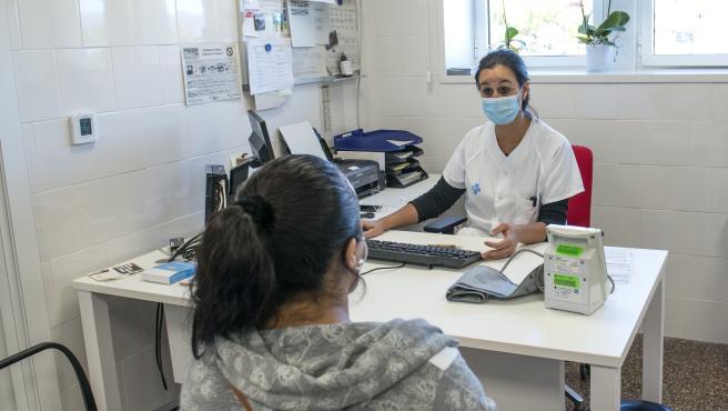 Una trabajadora sanitaria atiende a una paciente en el CAP Masdevall (Figueres, Girona).