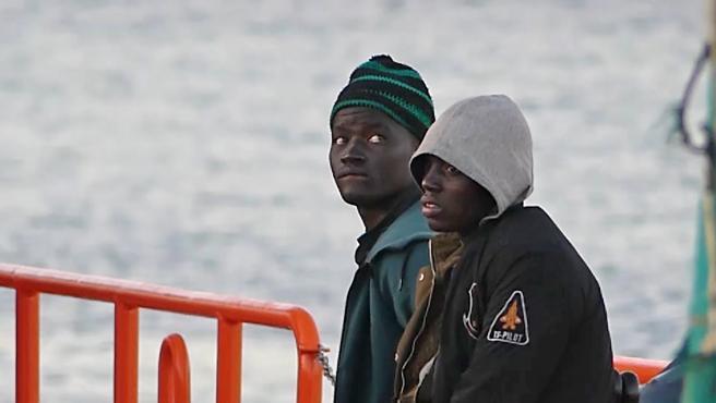Dos jóvenes migrantes bajan de un barco de la Cruz Roja en el puerto de Arguineguín, en Mogán (Gran Canaria, España)