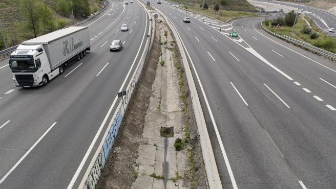 Archivo - Un camión recorre una carretera.