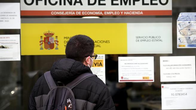 Archivo - Un hombre mira el cristal de una oficina de empleo, SEPE (antiguo INEM) horas después de conocer los datos del paro de noviembre, en Madrid (España), a 2 de diciembre de 2020. El número de parados registrado