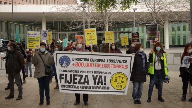 Concentración en Barcelona para protestar contra la temporalidad de los interinos y reclamar que se aplique la sentencia del TJUE.