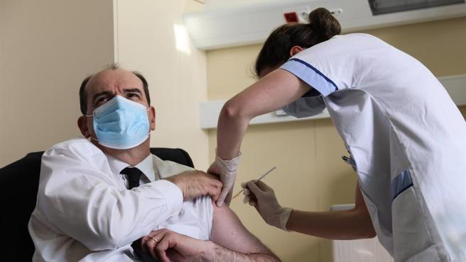 El primer ministro francés, Jean Castex, se vacuna contra el coronavirus con AstraZeneca.