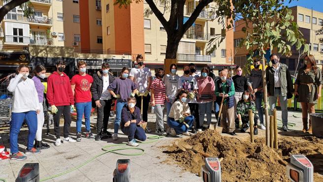 Estudiantes del IES Politécnico colaboran en plantar árboles y arbustos en la Glorieta Jardín Pepe Da Rosa de Sevilla