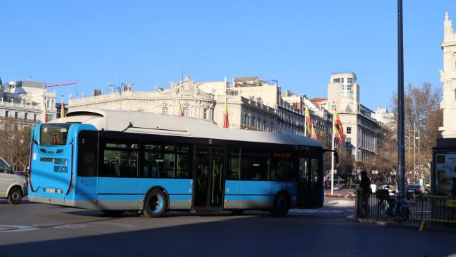 Imagen de archivo de un autobús en Madrid.
