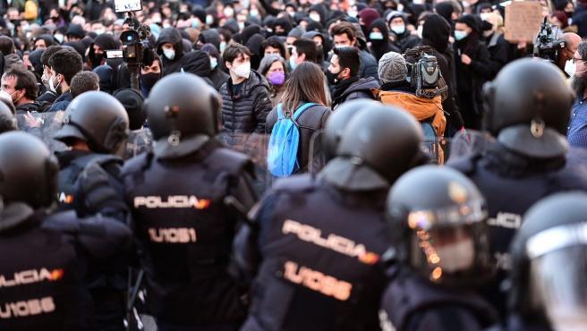 La policía, frente a los manifestantes a favor del rapero Pablo Hasel.