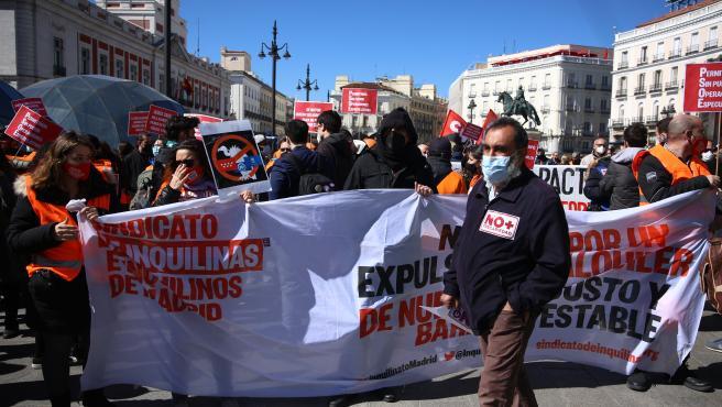 Varias personas con una pancarta durante la manifestación 'Por una ley que garantice el derecho a la vivienda'.