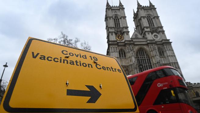 Un cartel indica donde se encuentra un centro de vacunación frente a la Abadía de Westminster en Londres (Reino Unido).
